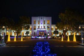 クリスマス気分高まる照明で彩られた旧豊郷小(豊郷町石畑)