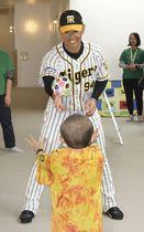 神戸市の小児がん患者らの医療施設を訪問し、子どもと交流する阪神の原口文仁捕手=21日