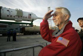死去した米宇宙飛行士のオーエン・ガリオット氏=2008年(AP=共同)