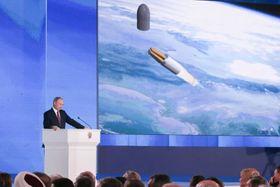 2018年3月1日、年次教書演説で新型兵器を発表するプーチン・ロシア大統領(タス=共同)