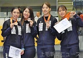 女子サーブル団体の表彰式で銅メダルを掲げる日本の(左から)青木、田村、江村、福島=千葉ポートアリーナ