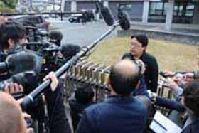 判決後、報道陣の質問に応じる原告=23日、山口地裁前