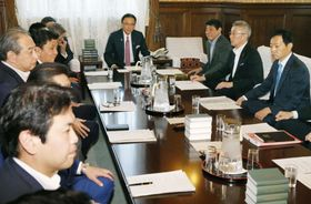 衆院議運委理事会に臨む与党理事(左側)と野党理事(右側)。中央は古屋圭司委員長=21日午後、国会