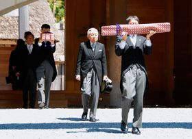 【退位報告のための外宮参拝を終えられた天皇陛下=伊勢市の伊勢神宮外宮板垣南御門前で】