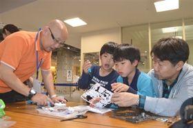 太陽電池ロボット作りに挑戦する来場者=静岡市葵区の松坂屋静岡店