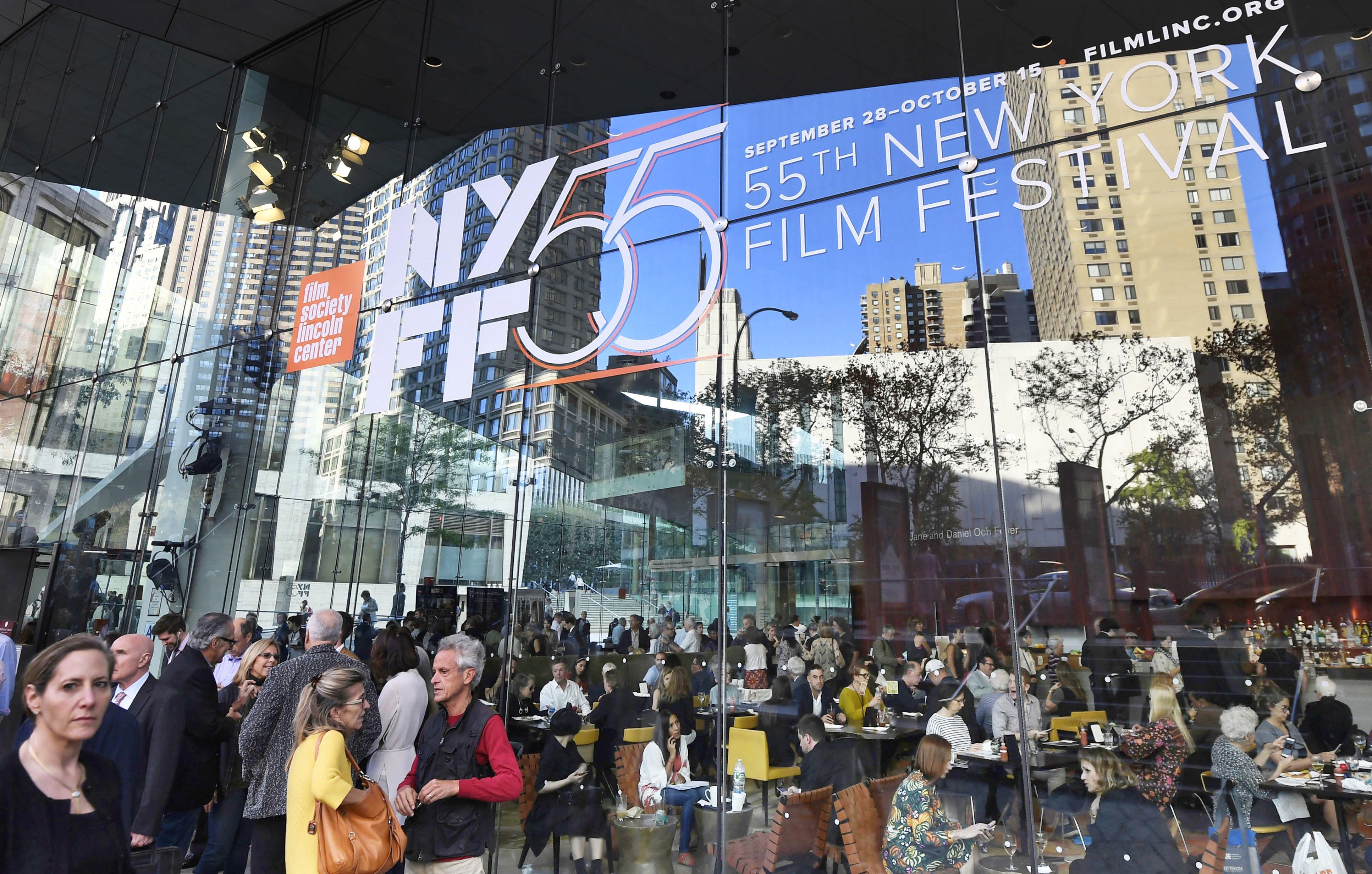 ニューヨーク映画祭の開幕日、映画関係者や映画好きのニューヨーカーたちでにぎわう会場のリンカーンセンター(撮影・中島悠、共同)