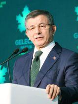 13日、トルコ・アンカラで、新党設立を発表するダウトオール元首相(共同)