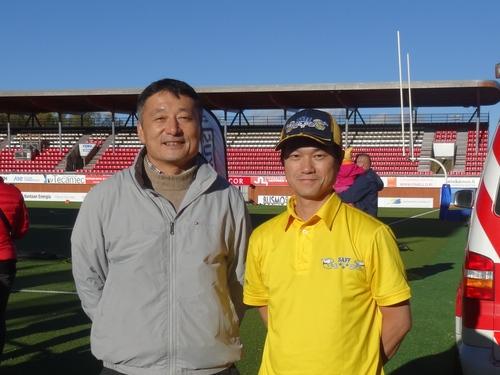 京大時代にTE、キッカーとして活躍したフィンランド在住の若林正敏さん(左)と筆者=写真提供・山本慎治さん