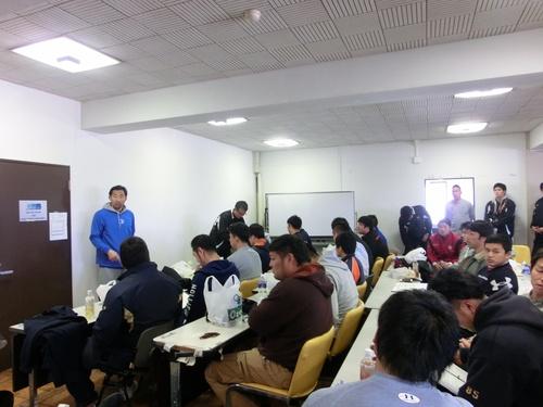 ミーティングに臨む日本代表候補の選手ら=撮影:Ayako Konoshi、3月15日、IBM八千代台グラウンド
