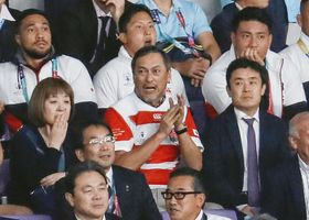 ラグビーW杯の日本―南アフリカ戦を観戦する俳優の渡辺謙さん(中央)=20日、味の素スタジアム