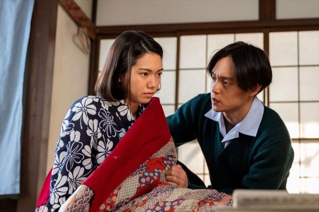 連続テレビ小説『エール』第10週「響きあう夢」より。妊娠した音は歌手になる夢もあきらめたくない、と葛藤する(C)NHK