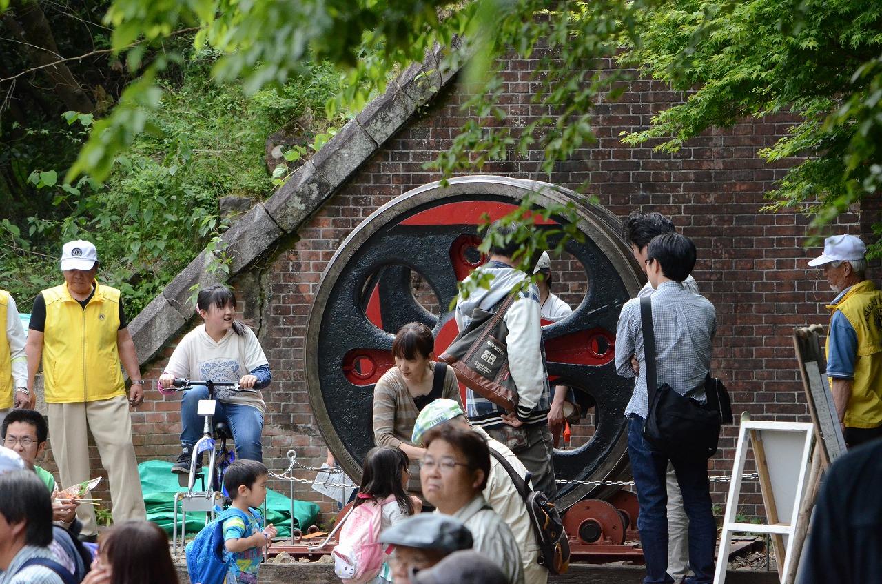 直径1.7m、重さ3トン近いC57の本物の動輪。自転車をこぐと動輪を回して遊べる日本初の動態展示という(愛岐トンネル群保存再生委員会提供)