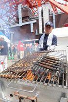 東京タワーの下で大船渡産サンマを炭火焼きするさんま焼き師