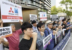 5日、ソウルの日本大使館前で徴用工問題や日本の輸出規制強化に抗議する市民らの集会(共同)