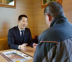 訪問支援をする佐賀市のNPO法人「スチューデント・サポート・フェイス」の代表、谷口仁史さん(左)
