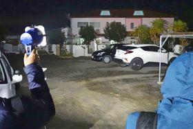 高松市の林田崇容疑者の自宅(奥)。敷地で父昭さんの遺体を焼却し、遺棄した疑いがある=14日夜