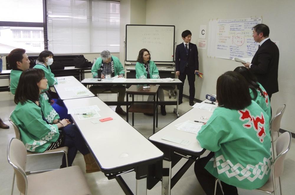 「仮想将来世代」を示す法被を着て町の課題を議論する岩手県矢巾町の住民