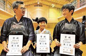 同じ剣道大会で優勝した森さん親子=焼津市の保福島体育館