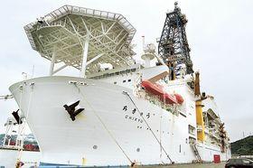 プレート境界を目指す10月からの研究航海に向けて準備が進む地球深部探査船「ちきゅう」=21日午後、清水港