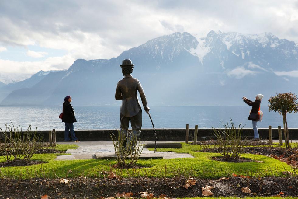スイスの景勝地レマン湖沿いの遊歩道の一角に立つチャップリン像。米国から追放されたチャップリンは家族と移住し、晩年をこの地で過ごした(撮影・澤田博之、共同)