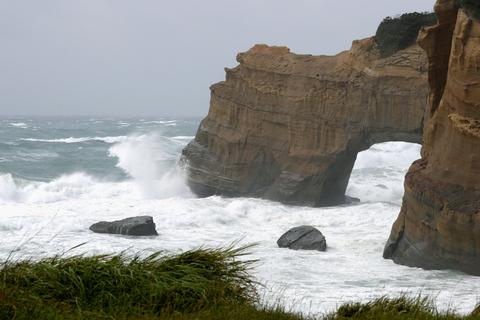 台風17号の影響で白波が打ち寄せる鹿児島県南種子町の岸壁=22日午前10時2分