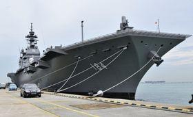 シンガポールの海軍基地に寄港した海上自衛隊の護衛艦「かが」=18日、シンガポール(共同)