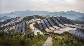 中国・福建省にある太陽光発電施設=2016年(AP=共同)