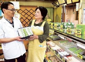 10月末で店じまいし、県外移住する榛葉さん夫妻=川根本町東藤川の新生堂菓子舗