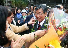 沖縄県名護市長選で敗れた稲嶺進氏。退任式を終え、職員らに見送られながら市庁舎を後にした=2月7日、名護市