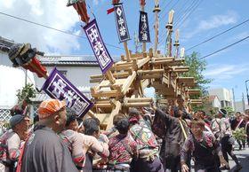 「太鼓祭り」の愛称で知られる下田八幡神社例大祭が始まり、アーチ状に組み上がった「太鼓橋」=14日、静岡県下田市