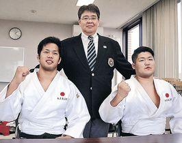 渡辺副理事長からエールを受け、闘志満々の須田(左)と濱谷両選手=白山市内