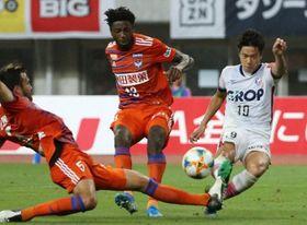 前半32分、ファジアーノ岡山の仲間隼斗(右)が先制ゴールを決める=デンカビッグスワンスタジアム