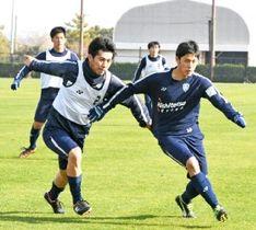 アビスパ福岡の練習に合流した元日本代表の菊地(左)
