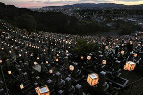 東本願寺・大谷祖廟で始まった盆の風物詩「万灯会」=14日夕、京都市