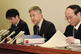 見つかったメモについて会見する神戸市教育委員会の職員ら=22日午後、神戸市役所(撮影・西竹唯太朗)