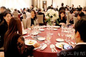 東日本の優れた食材を使ったフルコースのディナーを楽しむ参加者ら=15日、埼玉県さいたま市大宮区のパレスホテル大宮