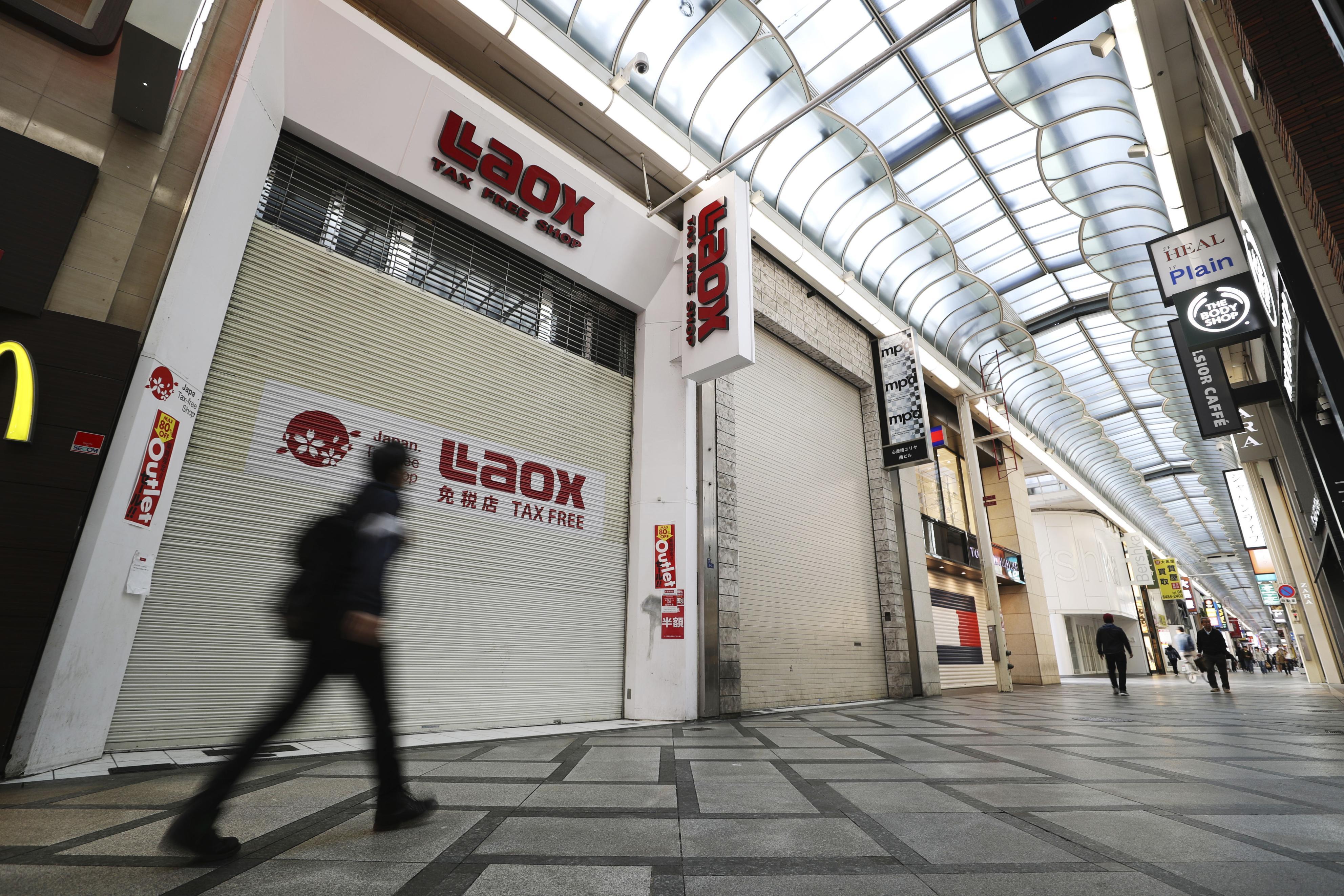 シャッターが閉まった店舗が目立つ大阪・ミナミの商店街=18日