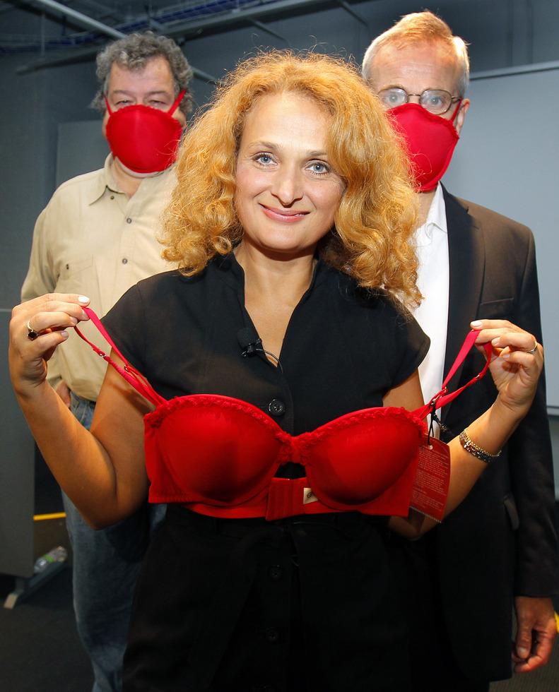 自身が発明した「緊急時用ブラジャー」を手にするウクライナ出身のエレナ・ボドナー博士。2009年にイグ・ノーベル賞の公衆衛生賞を受賞した=2010年9月、米国東部ケンブリッジ市のMIT博物館(ロイター=共同)