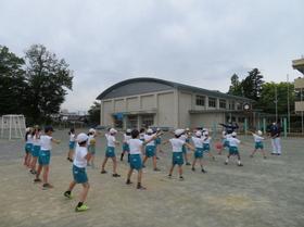 小学生を指導する様子(球団提供)