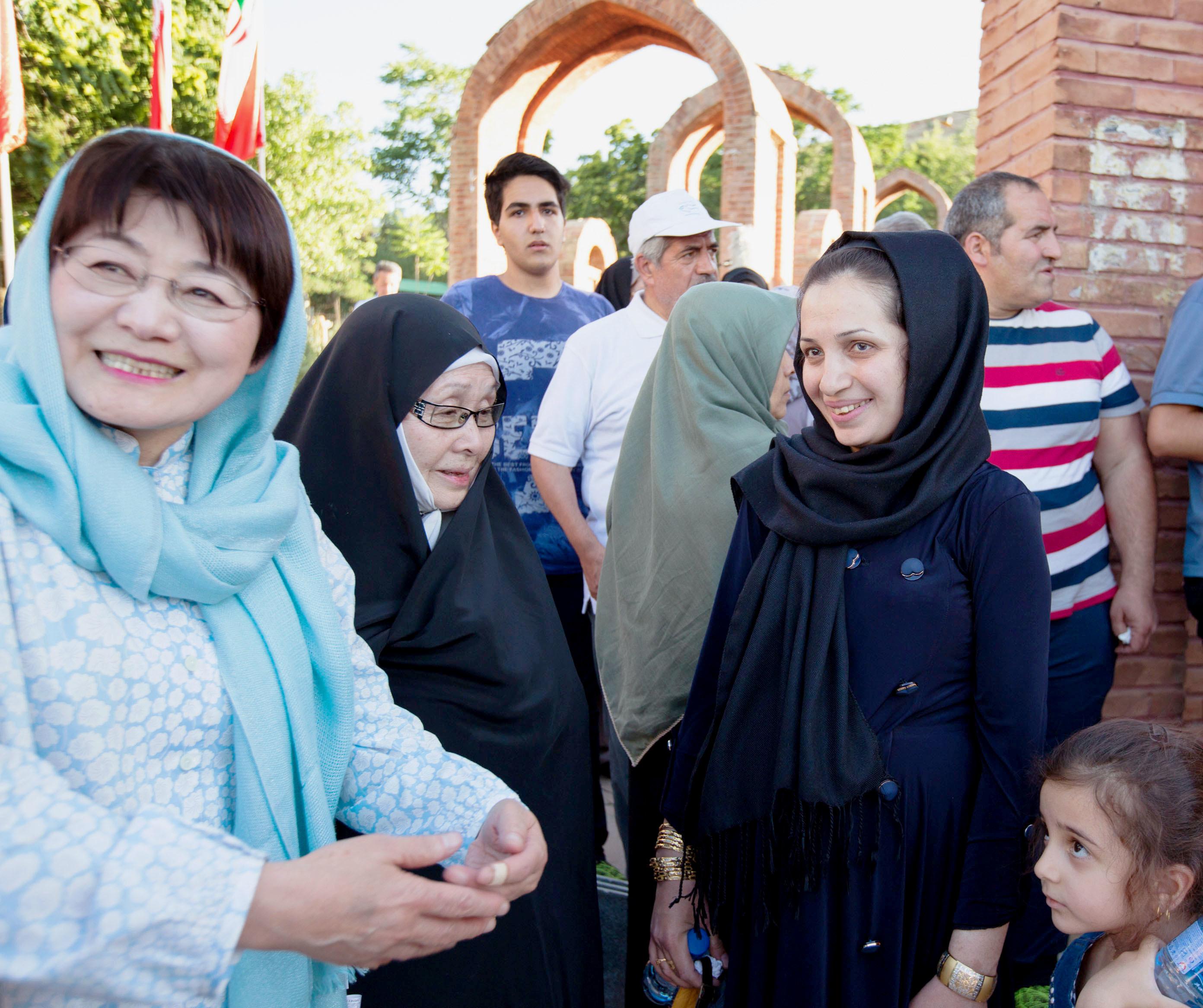 イラン北西部サルダシュトで催された化学兵器の犠牲者を追悼する式典で、津谷静子(手前左)と念願の再会を果たしたチマン・サイドプール(同右)。笑顔には涙も浮かんでいた(撮影・澤田博之、共同)