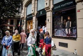 イスタンブールの「ルイ・ヴィトン」で行列をつくる外国人客ら=14日(ゲッティ=共同)