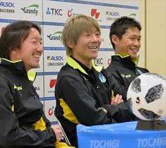元チームメイトの寺田(左)、西川(右)と共に笑顔で会見に臨む大黒=17日午後、宇都宮市白沢町