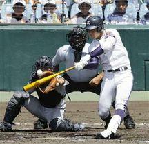 金足農―横浜 3回裏金足農2死三塁、吉田が中越えに同点2ランを放つ。捕手角田=甲子園