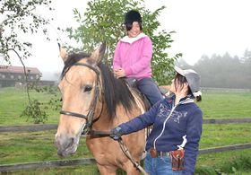 30日に牧場祭が開かれる滝沢牧場。スタッフが馬を引く乗馬体験は半額で楽しめる