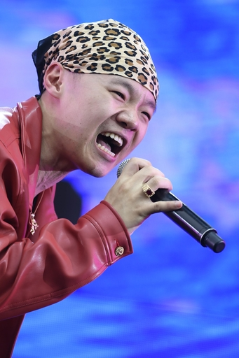 野外フェスで歌うボーハン・フェニックス。音楽で「第二の生」を得たとの思いから、火の中で生まれ変わるフェニックスを芸名に加えた=19年5月、中国・西安(共同)