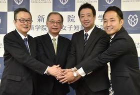 船田理事長(左)らの期待を背負い作新学院大硬式野球部の新監督に就任した佐藤氏(右から2人目)=同大