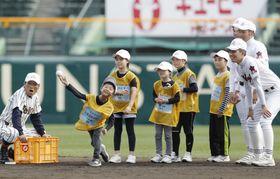 日本高野連が児童を招待して開催した「センバツ・キッズフェスタ」=18日、甲子園球場