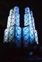 青くライトアップされた韮山反射炉=10日午後、伊豆の国市