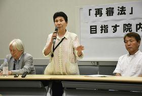 国会内で開かれた再審制度に関する法整備を求める集会で発言する袴田巌さんの姉秀子さん(中央)=20日午後