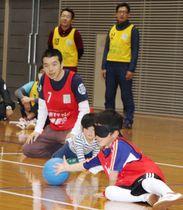ゴールボールで、アイシェードを着用して必死に得点を防ぐ子ども=土庄町、町総合会館フレトピアホール